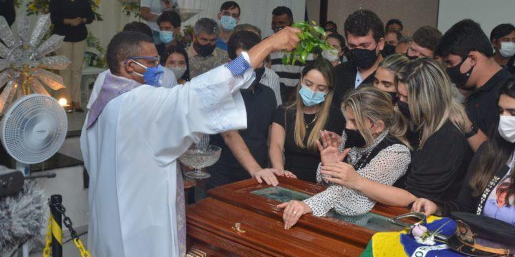 Sob forte comoção, corpo do deputado João Henrique é sepultado em Monteiro